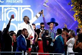 R. Kelly and Erykah Badu on stage at The Soul Train Music Awards. Photo Credit: bet .com
